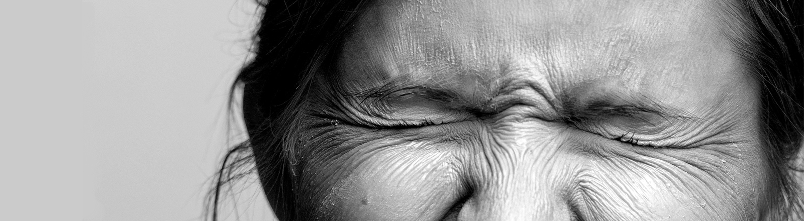 Frau kneift Augen zusammen