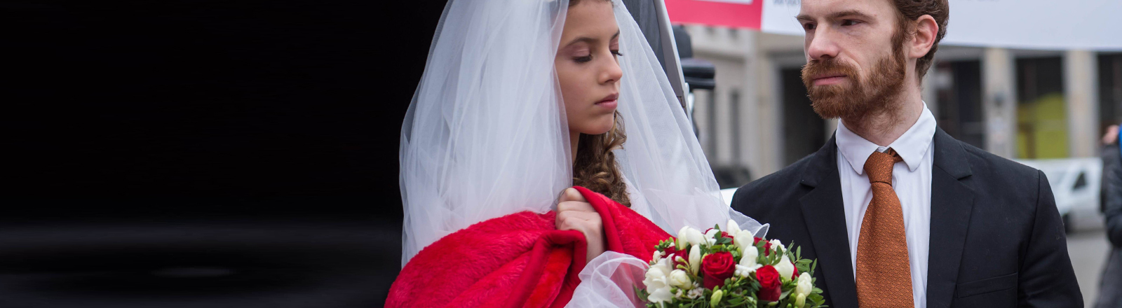 Eine junge frau soll einen älteren Mann heiraten. Protestaktion von Terre des Femmes.