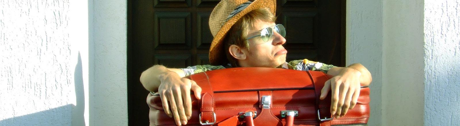 Ein Tourist mit Koffern.