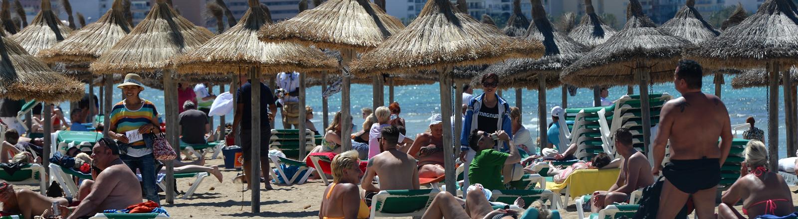 Strandleben an der Playa de Palma in S'Arenal, fotografiert am 03.05.2016 in Arenal (Spanien) bei Palma de Mallorca.