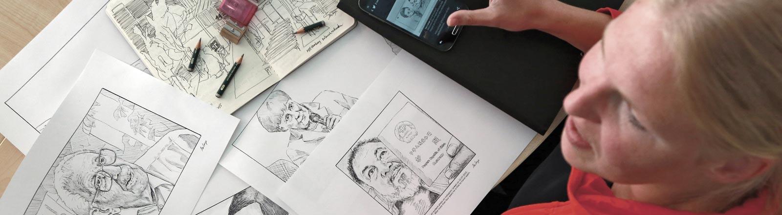 Isa Lange zeichnet Nachrichtenbilder nach.