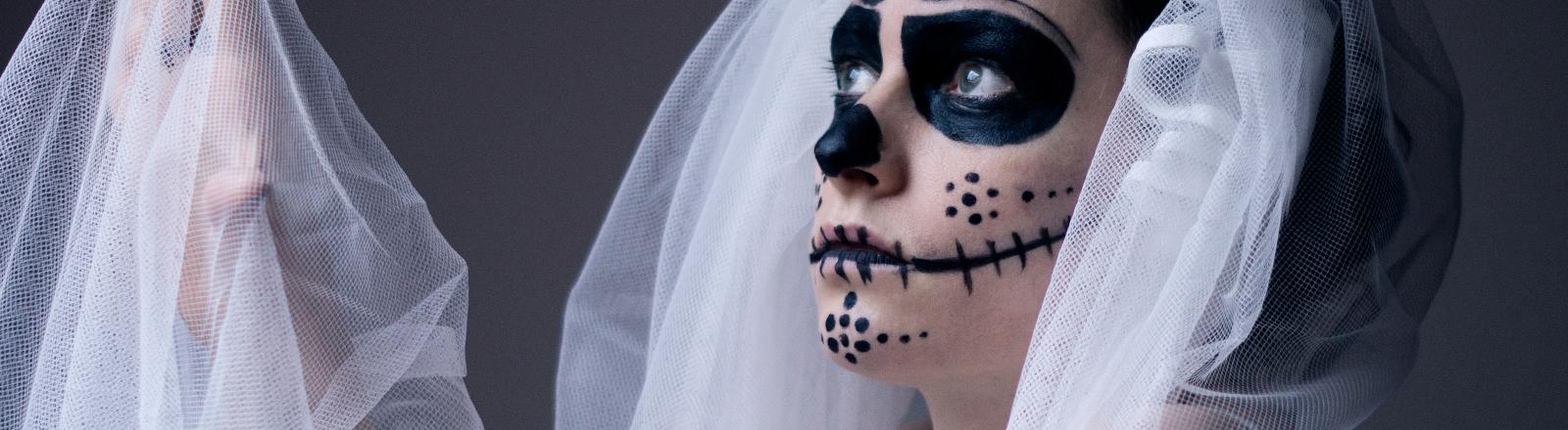 Eine gruselig geschminkte Braut.