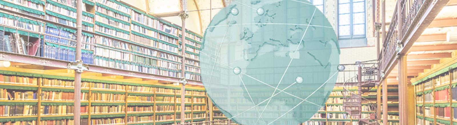 Globus auf dem Hintergrund der Cypers-Bibliothek im Rijksmuseum von Amsterdam Studium