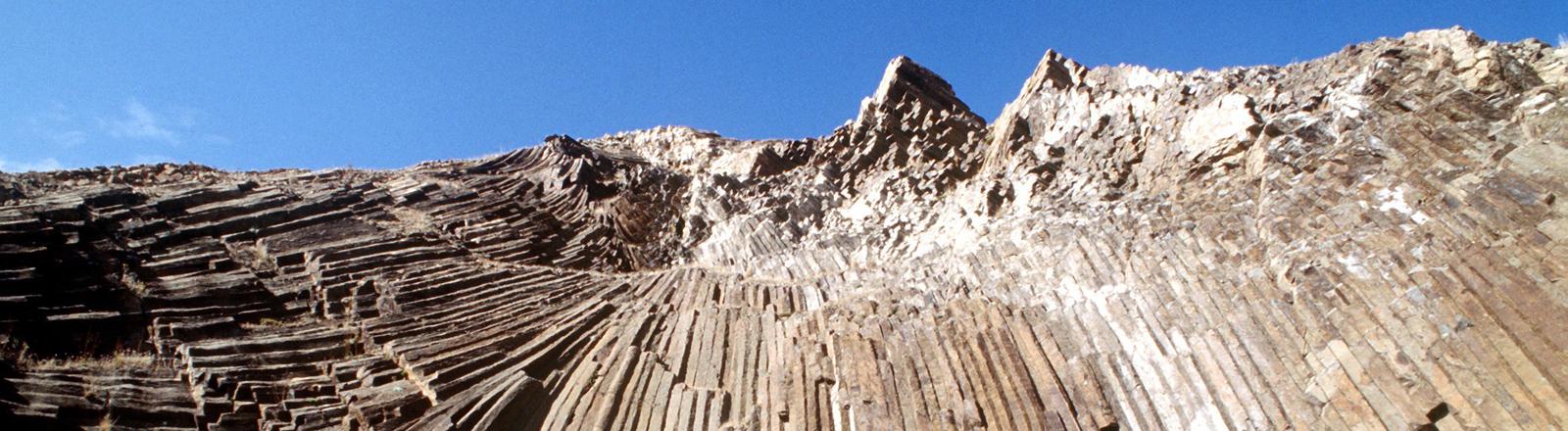 Felsen mit säulenförmigem Basalt bei Campo de Baixo auf der Nachbarinsel Porto Santo, die zu Madeira gehört, aufgenommen 1998.