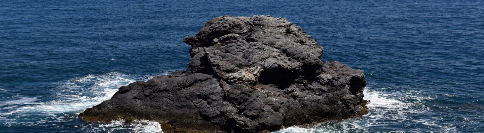 Ein mächtiger Felsen am Cabo de Palos, ein Kab bei La Manga del Mar Menor (Costa Calida) im Südosten von Spanien. Es liegt zwischen Cartagena (Region Murcia) und San Pedro del Pinatar (Region Murcia) (Foto vom 30.04.2016)