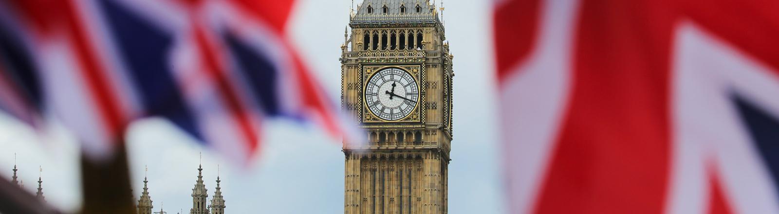 Britische Fahnen wehen am 24.06.2016 in London, Großbritannien, vor dem berühmten Uhrturm Big Ben. Die Briten haben in einem Referendum für den Austritt aus der EU gestimmt.