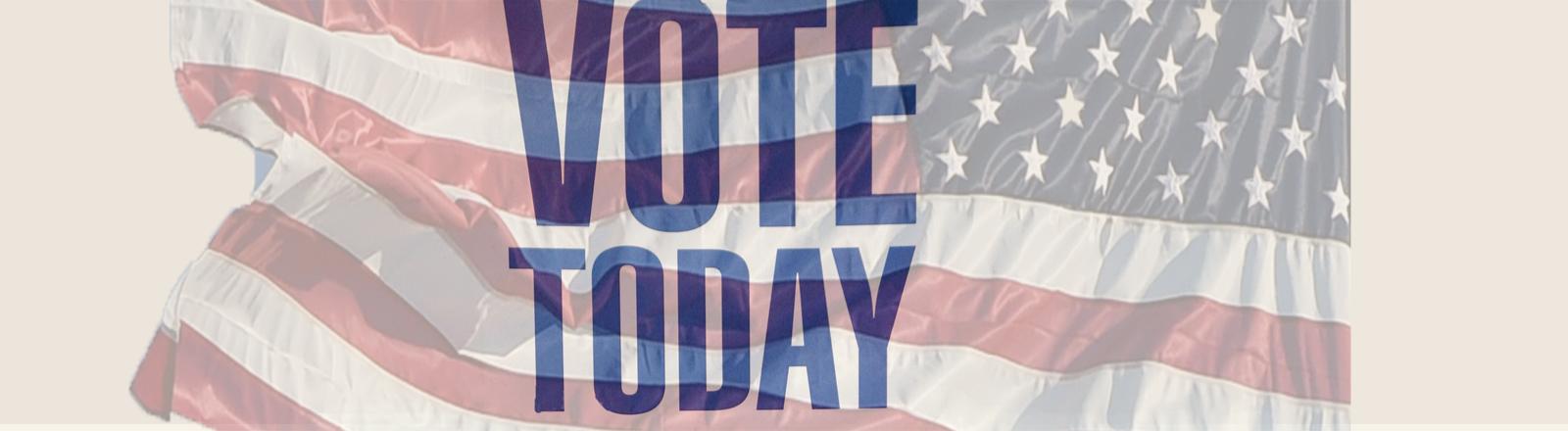 Schild vor einem Wahllokal, im Hintergrund die US-amerikanische Flagge.