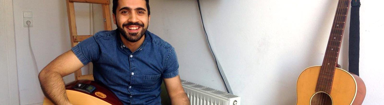 Mahmud spielt Saz.