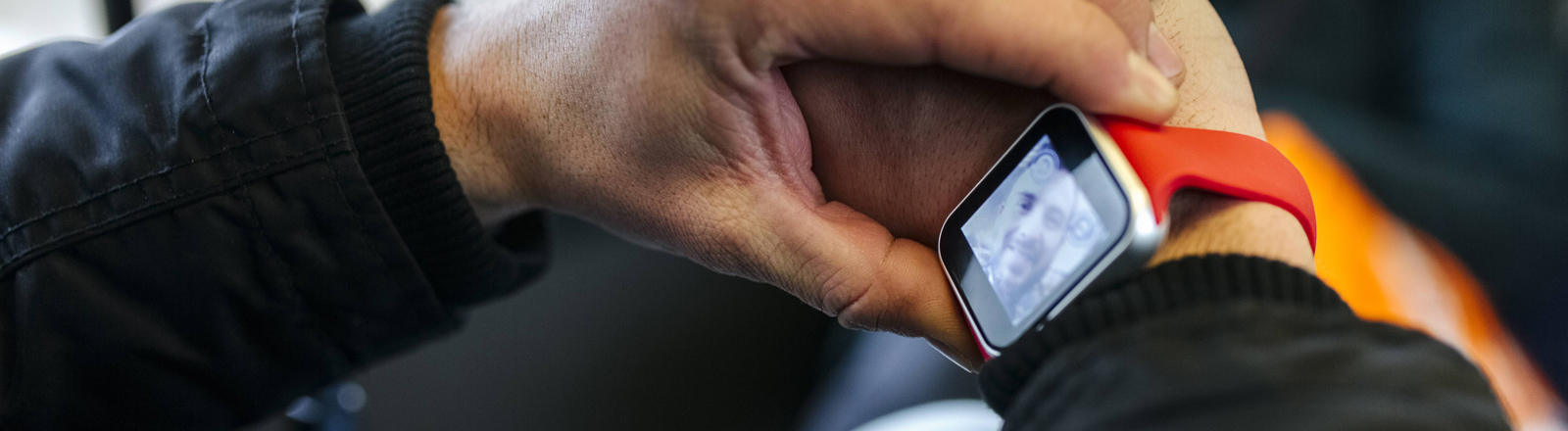 Ein Mann hat mit seiner Smartwatch ein Selfie gemacht.