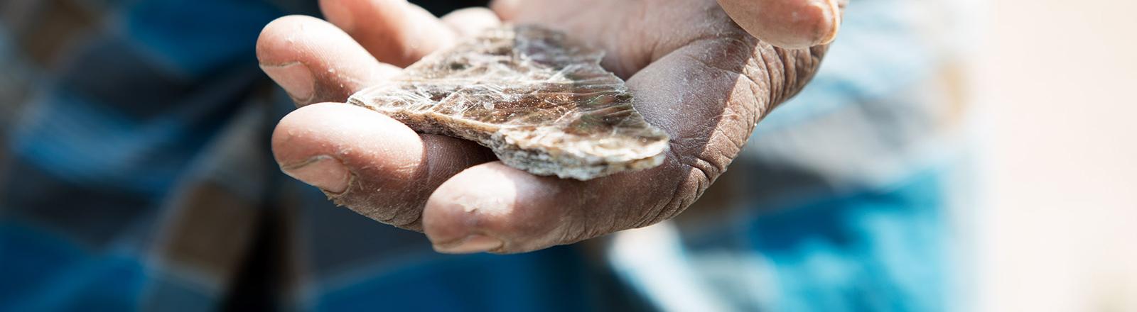 Kinder arbeiten in indischen Minen und gewinnen Glimmer.