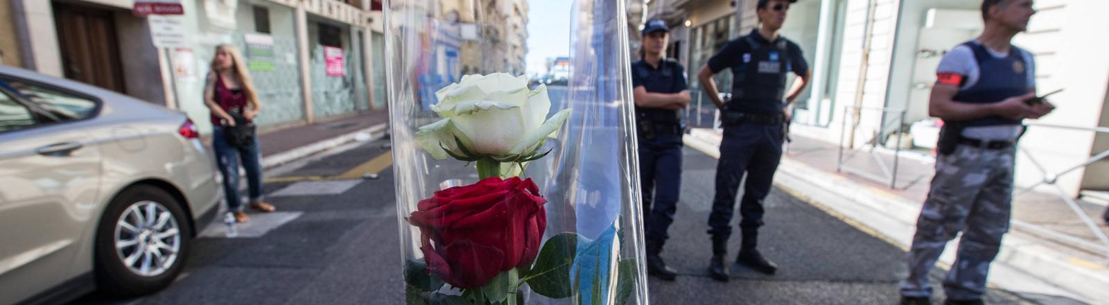 Blumen stecken in der Absperrung an der Promenade des Anglais am Morgen nach dem Anschlag in Nizza am 14.07.2016.