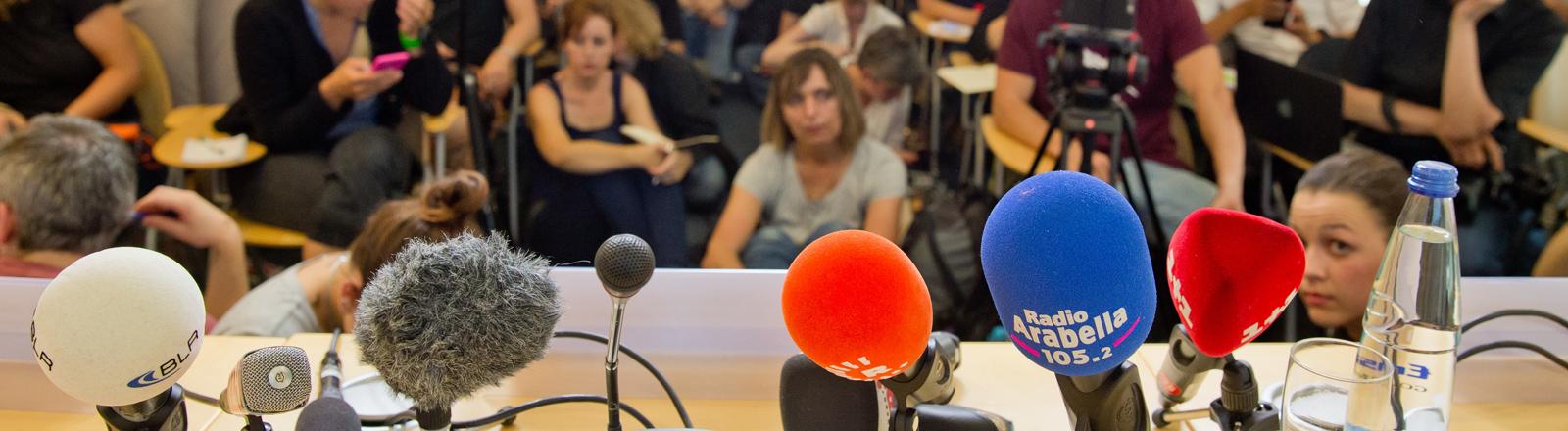 Zahlreiche Medienvertreter warten am 23.07.2016 im Polizeipräsidium in München (Bayern) auf den Beginn einer Pressekonferenz zu den Ermittlungen nach einer Schießerei mit Toten und Verletzten vom Vortag. Die tödlichen Schüsse hat ein 18-jähriger Deutsch-Iraner abgegeben.