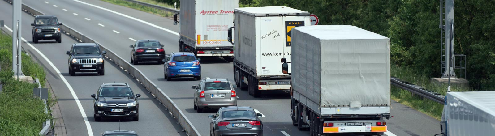 LWK und PKW auf einer Autobahn