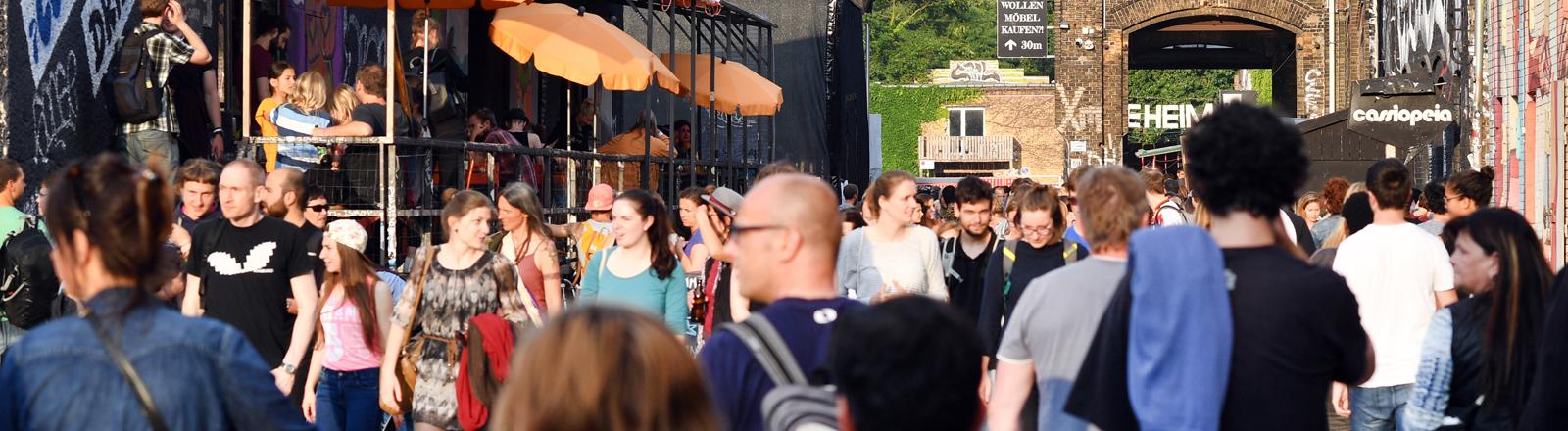 Zahlreiche Menschen sind am 21.06.2016 in Berlin auf dem RAW-Gelände in der Revaler Straße in Friedrichshain an der Warschauer Straße unterwegs.