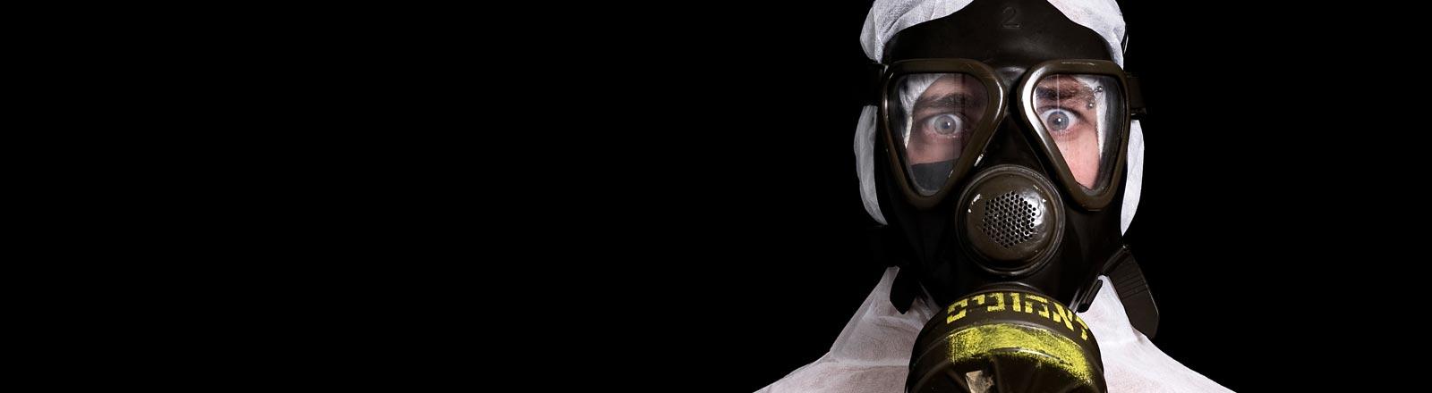 Ein Mann mit Schutzmaske.