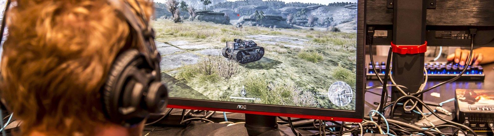 Ein Spieler spielt ein Computerspiel.
