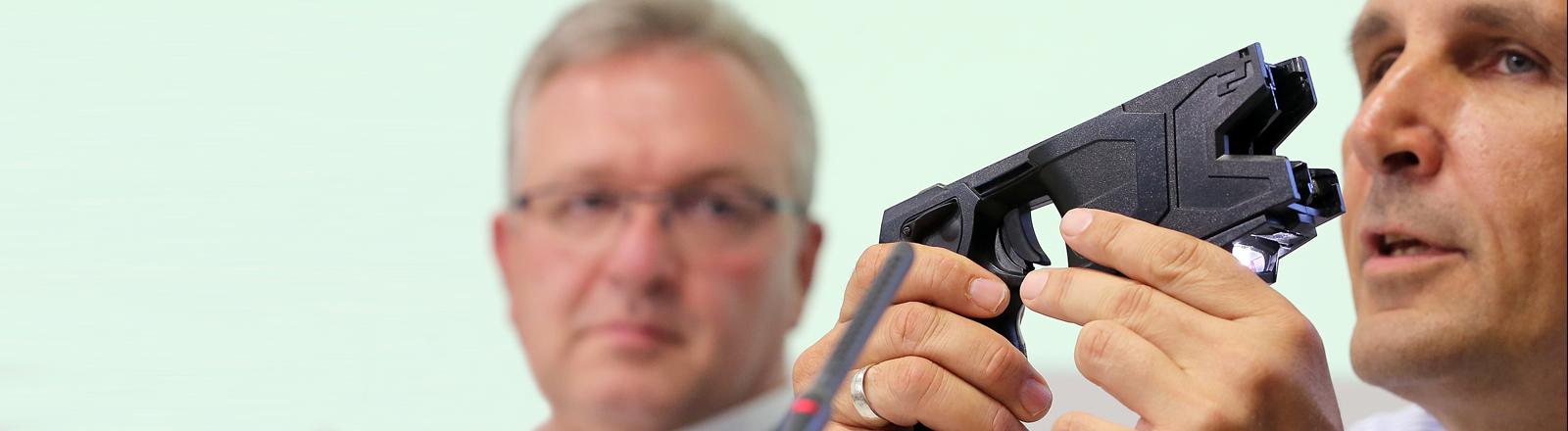 Innensenator Frank Henkel fordert den Einsatz von Tasern.