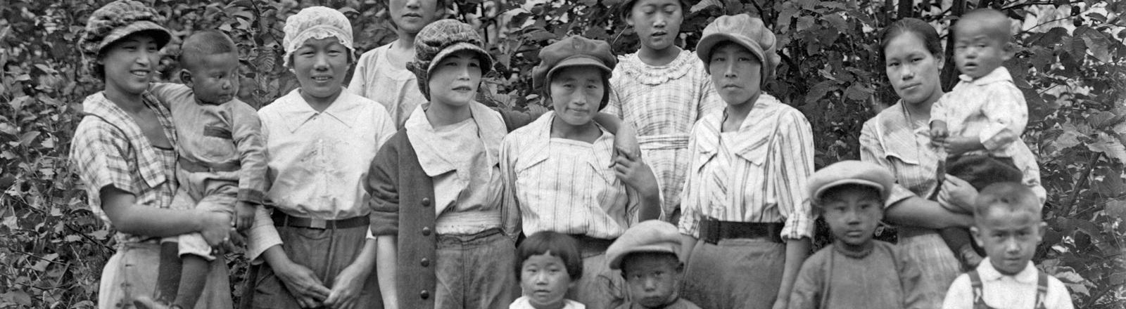 Japanische Einwanderinnen mit ihren Kindern in den USA.