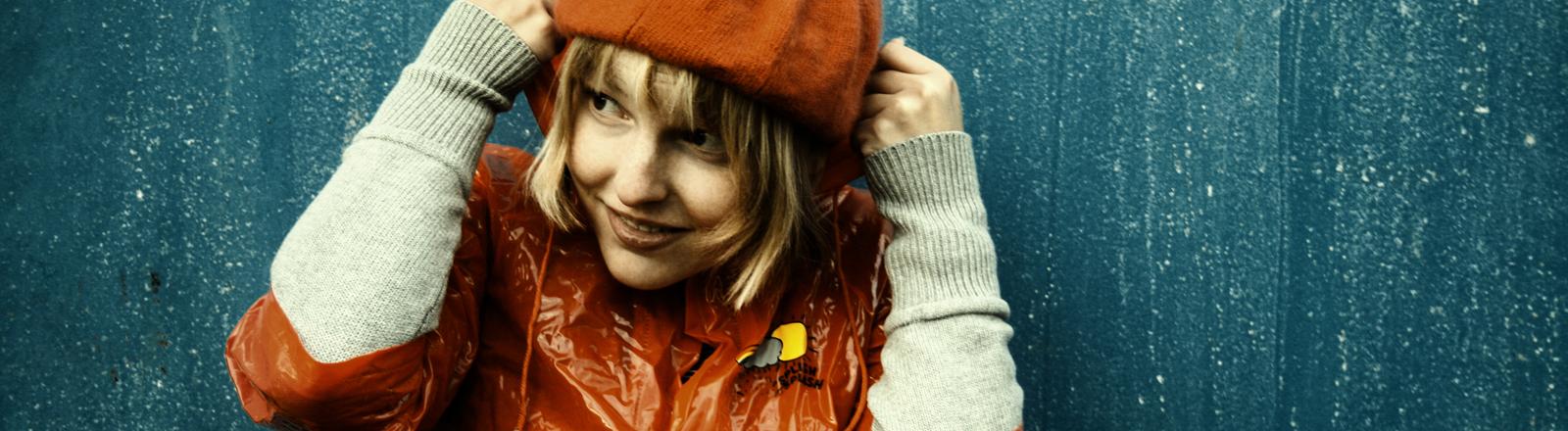 Eine Frau schützt sich vor dem Regen.