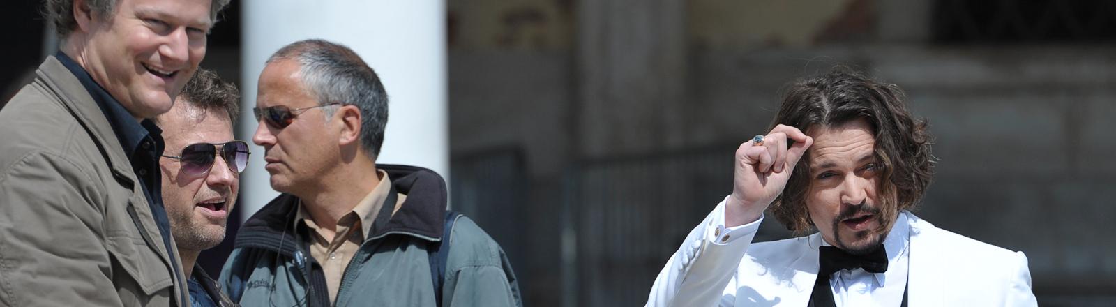 """Der US-amerikanische Schauspieler Johnny Depp (r) spricht mit dem deutschen Regisseur Florian Henckel von Donnersmarck am Donnerstag (13.05.2010) auf dem Markusplatz (ital.: Piazza San Marco) in Venedig, Italien, vor einer Szene des Films """"The Tourist""""."""