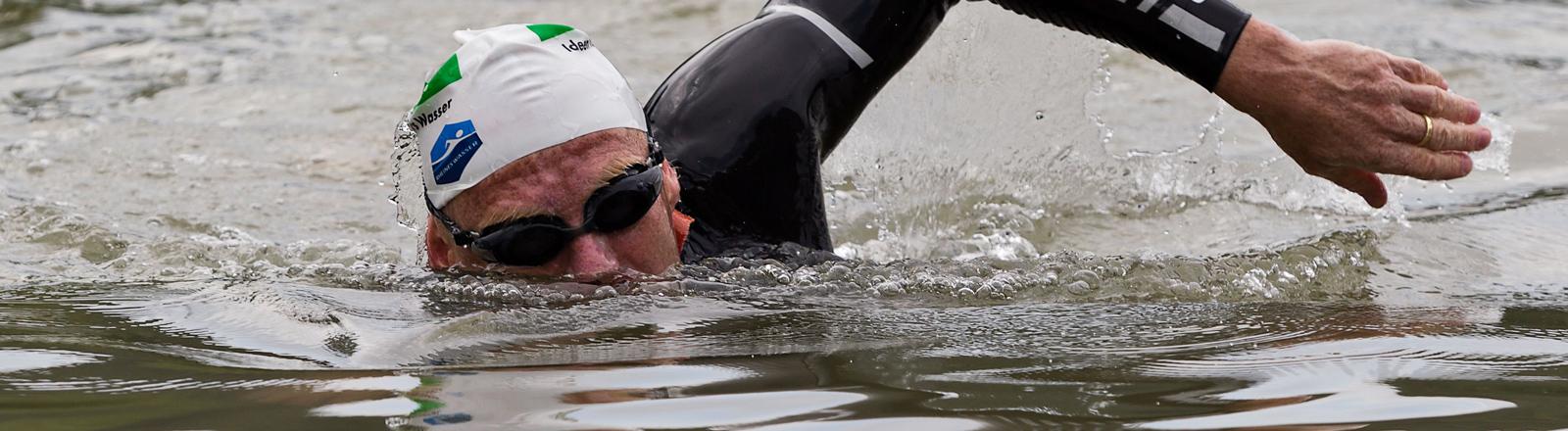 Wissenschaftler Andreas Fath schwimmt von der Quelle bis zur Mündung durch den Rhein.