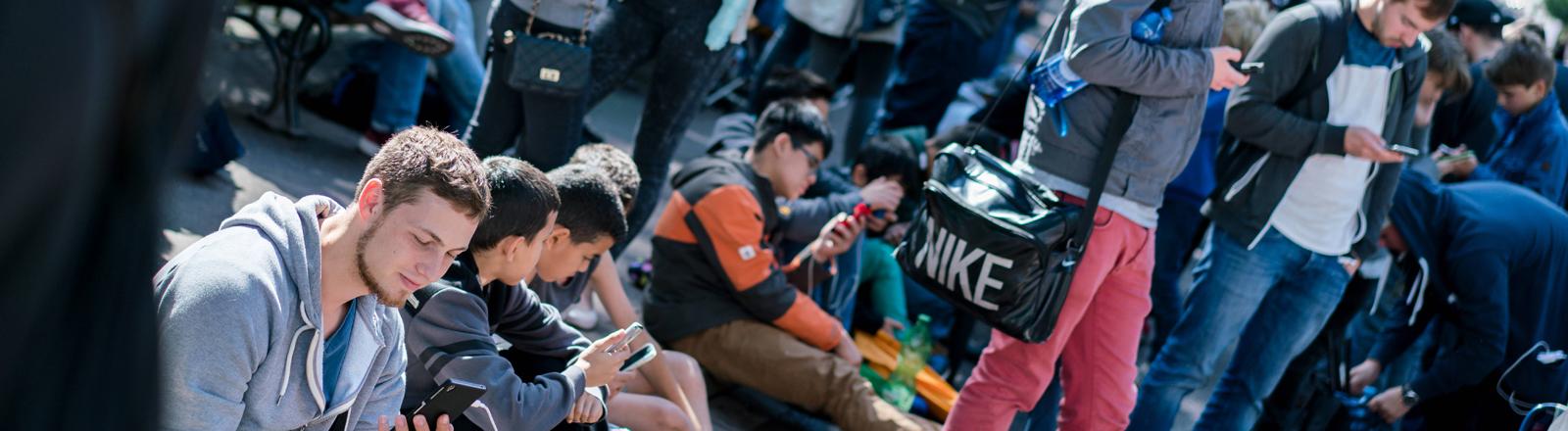 Viele Jugendliche spielen auf dem Smartphone in Düsseldorf Pokémon Go.