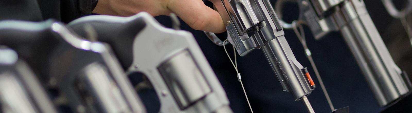 Handfeuerwaffen des US-amerikanischen Herstellers Smith & Wesson (S&W), aufgenommen am 05.03.2016 auf der Jagd- und Sportwaffenmesse IWA OutdoorClassics in Nürnberg (Bayern) am Stand des Unternehmens.