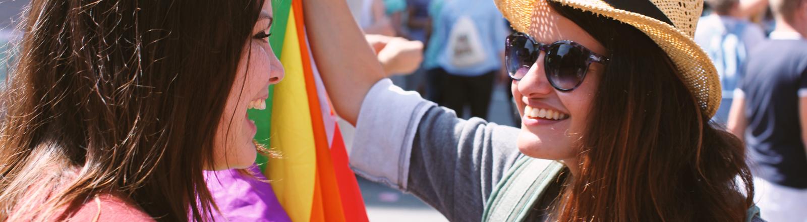 Zwei Frauen auf einer Gaypride.