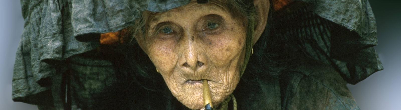 Uralte Hakka-Frau raucht Opium-Pfeife, China, Hongkong.