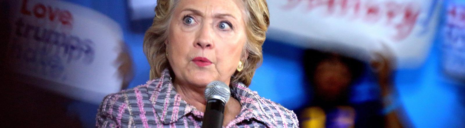Hillary Clinton während einer Rede am Coral Spring Gymnasium in Coral Springs, Florida (30.09.2016). Sie hat einen skeptischen Gesichtsausdruck.