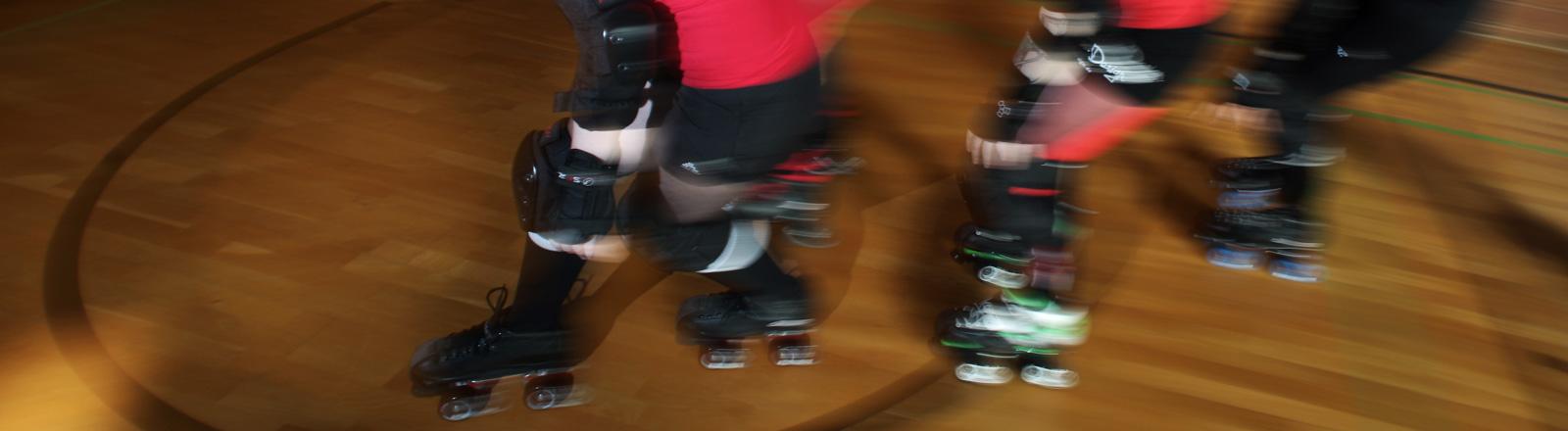 """Die Mitglieder der Bembel Town Rollergirls trainieren am Sonntag (22.07.2012) in einer Turnhalle in Rödermark (Hessen). Der Rollsport """"Roller Derby"""" entstand in den 1920er und 30er Jahren in den Vereinigten Staaten - es ist ein Vollkontaktsport."""