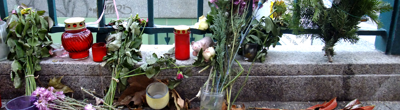 Blumen und Kerzen für einen verstorbenen Obdachlosen.