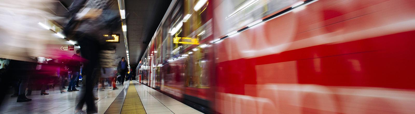 Eine U-Bahn des Öffentlicher Personennahverkehrs.
