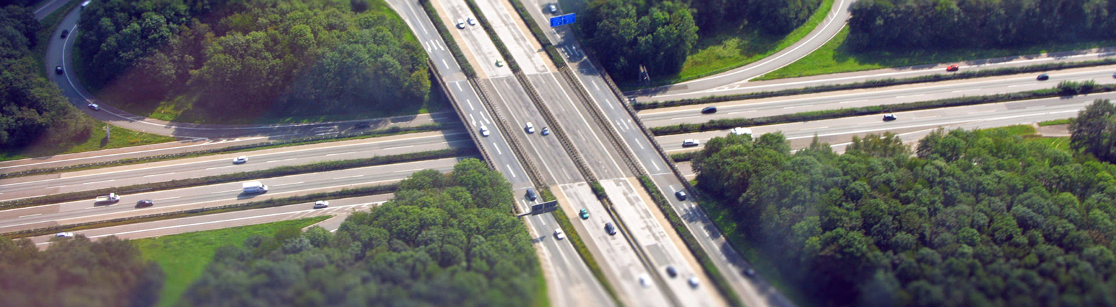 Ein Autobahnkreuz.