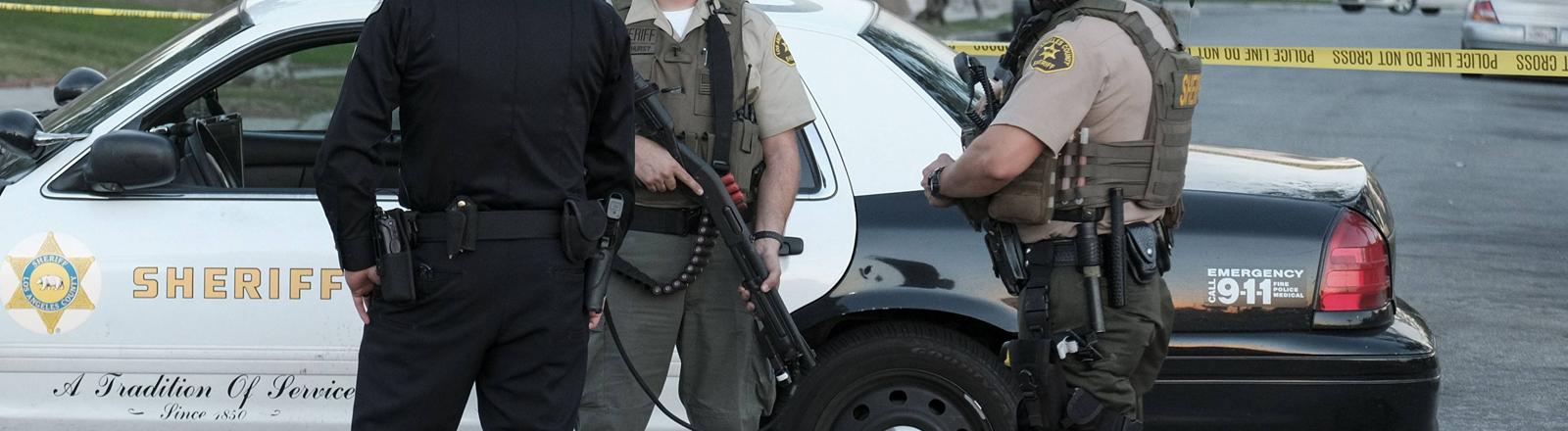 Polizisten nach einer Schießerei in Kalifornien mit Maschinenpistolen.