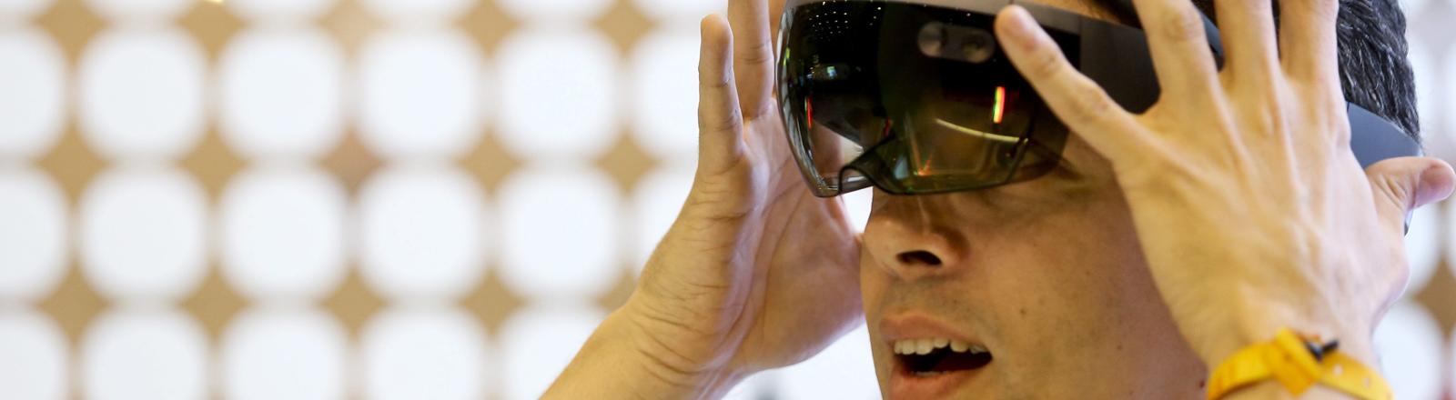 Ein Mann mit einer Virtual-Reality-Headset.