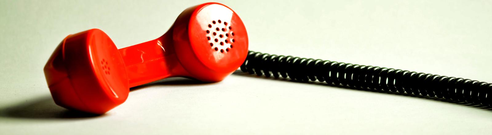 Ein roter Telefonhörer.