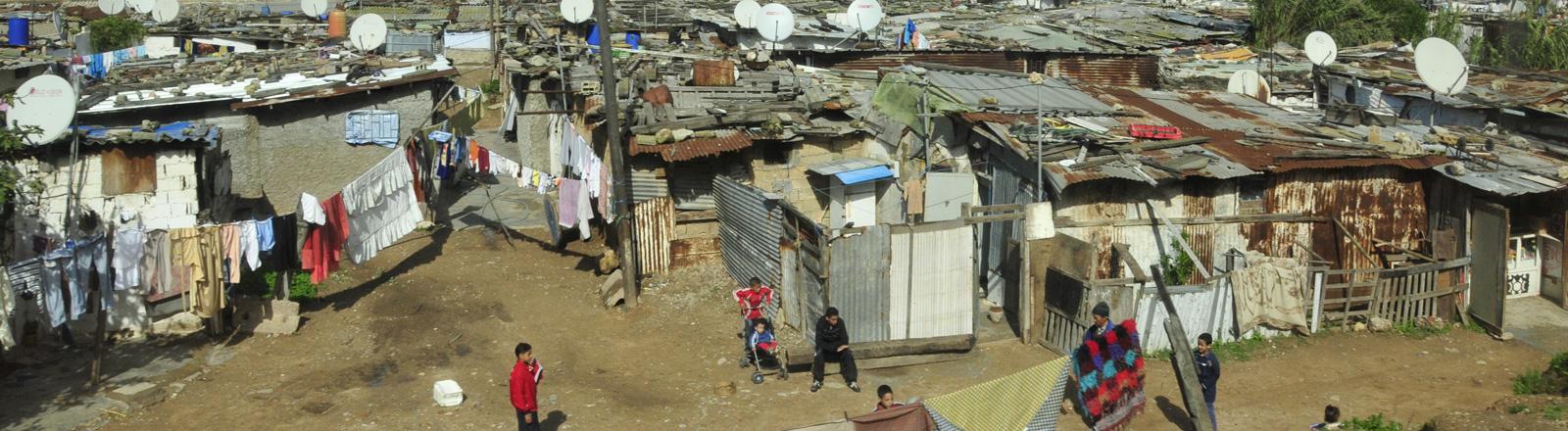 Blick auf Elendsviertel an der Bahnstrecke bei Casablanca (Marokko), aufgenommen am 05.11.2008.