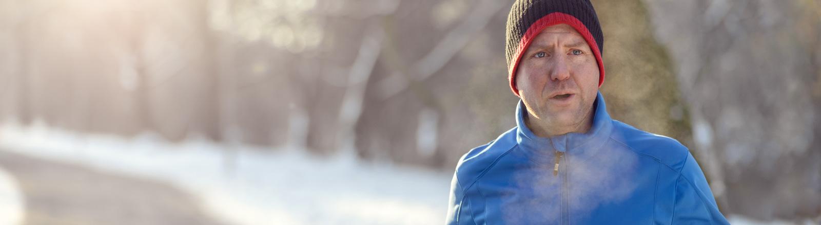 Mann joggt im Winter