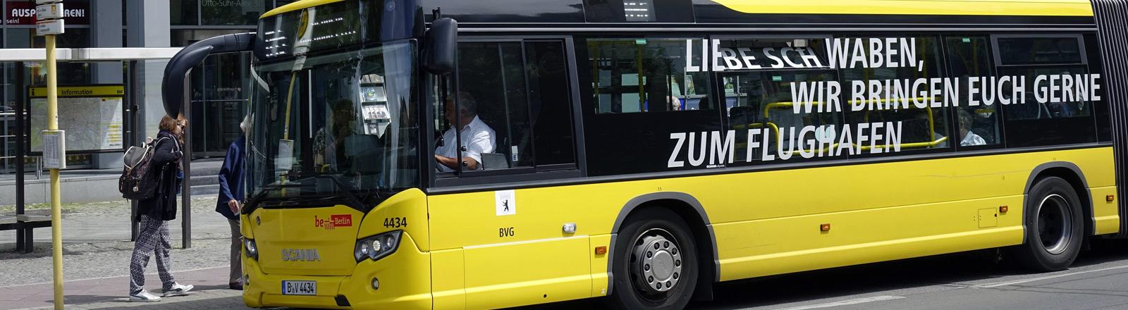 """Auf einem Bus der Berliner Verkehrsbetriebe steht """"Liebe Schwaben, wir fahren euch gerne zum Flughafen""""."""