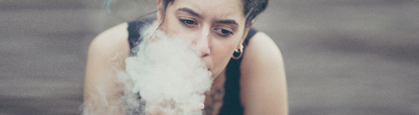 Eine Frau raucht