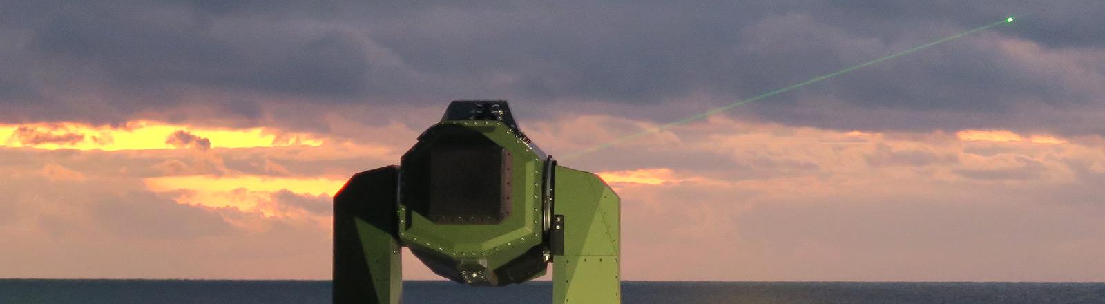 Ein Laser schießt in den Himmel.