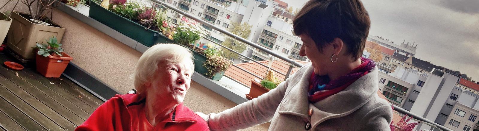 Nadine und Jutta auf der Dachterrasse, wo sie sich bei einem Cocktail kennengelernt haben.