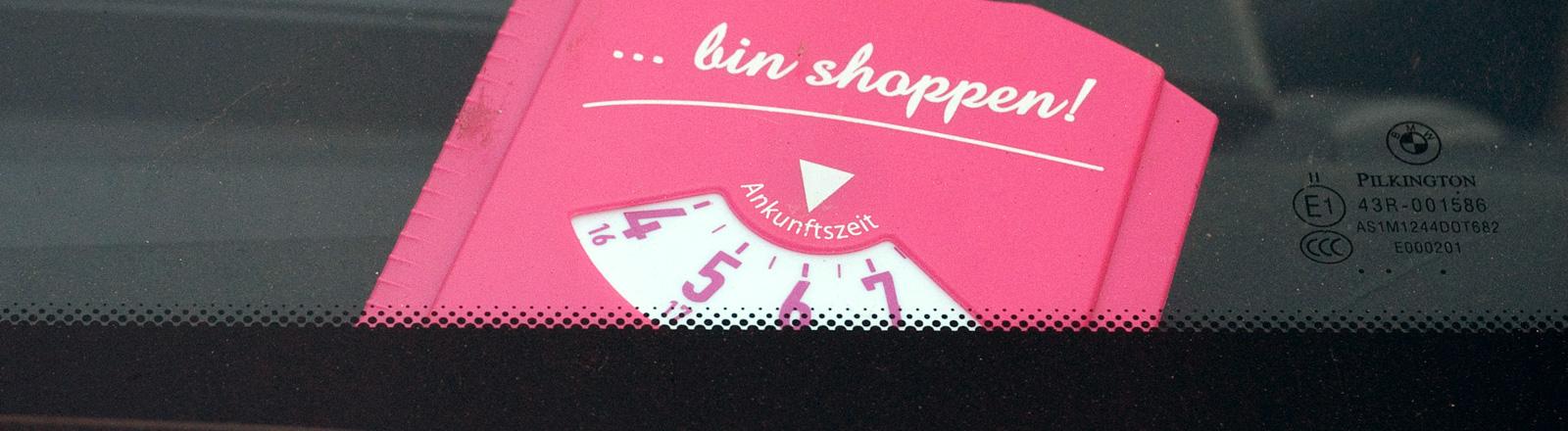 """Eine rosa Parkscheibe mit der Aufschrift """"bin shoppen!"""" steckt am 31.10.2012 in Berlin hinter einer Frontscheibe eines Autos. Für die falsche Farbwahl bei der Parkscheibe hat eine Autofahrerin in Herten ein Knöllchen erhalten. Sie muss fünf Euro zahlen, wie eine Stadtsprecherin einen Bericht des Internetportals """"derwesten.de"""" bestätigte."""
