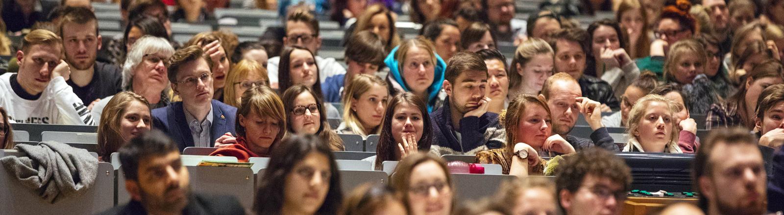 Studenten und Gasthörer an der Uni Köln im Februar 2017.
