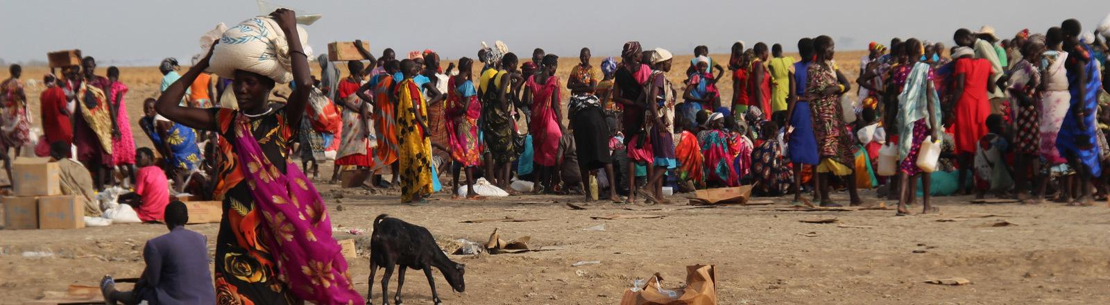 Hungernot in Ostafrika: Menschen warten auf Lebensmittelspenden.