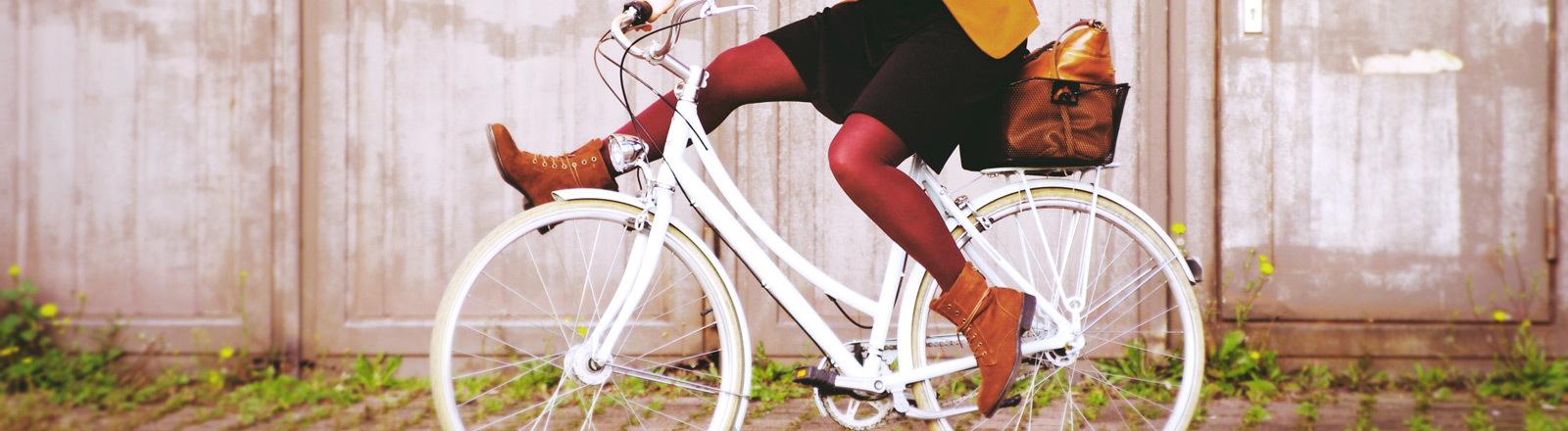 Frau auf einem Fahrrad.