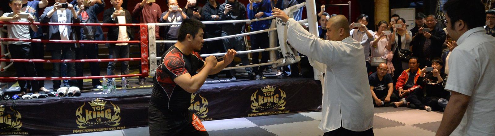 """Der chinesische Tai Chi-""""Meister"""" Wei Lei,rechts, kämpft gegen den im Ruhestand befindlichen Mixed Martial Arts Boxer Xu Xiaodong in Chengdu City, südwestchinesische Provinz Sichuan, 27. April 2017."""