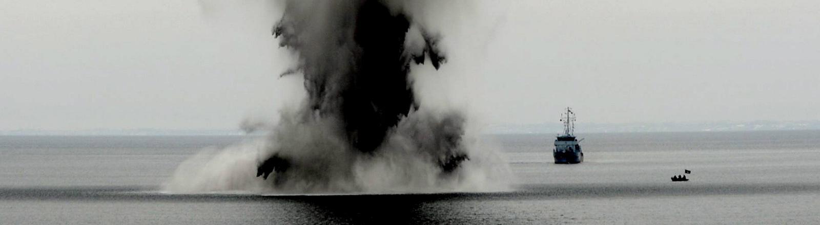 Spezialisten der Marine sprengen am 09.03.2010 auf der Ostsee vor Eckernförde eine Mine. Munition aus dem Zweiten Weltkrieg ist am Meeresgrund eine tödliche Gefahr.