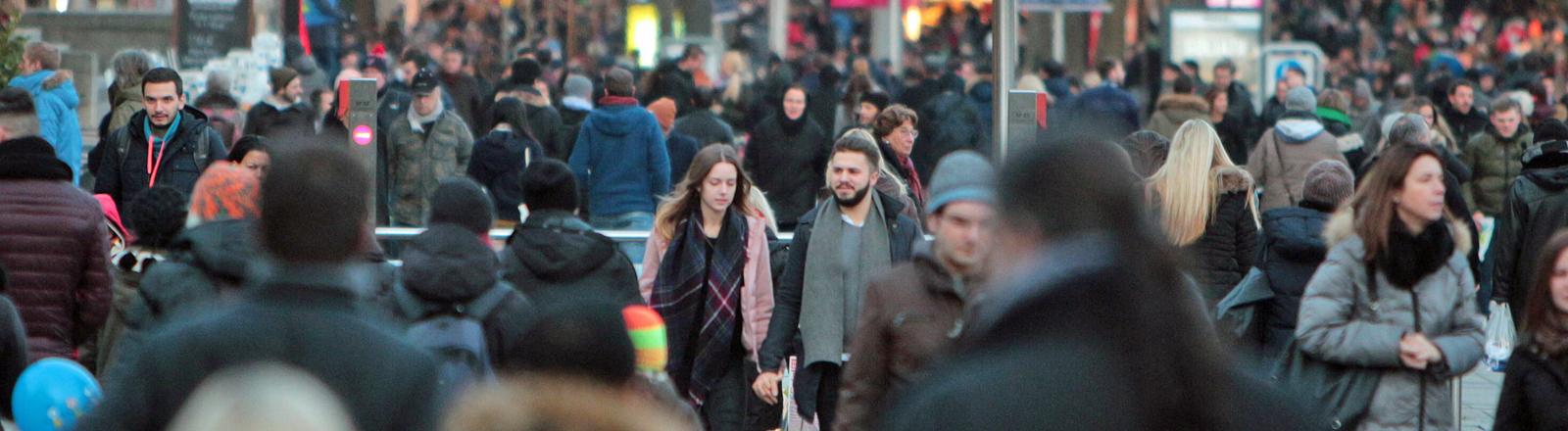 Menschenansammlung in der Stuttgarter Innenstadt,